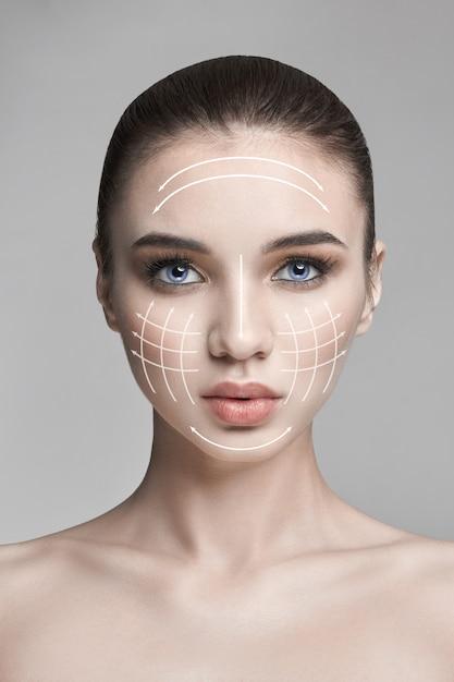Чистая красота кожи, природа, уход за кожей лица, женщина, макияж, лифтинг-подтяжка, линия, массаж. natural spa косметика, профессиональное пластиковое лицо, сексуальная модель, антивозрастная косметика против морщин, уход за кожей Premium Фотографии