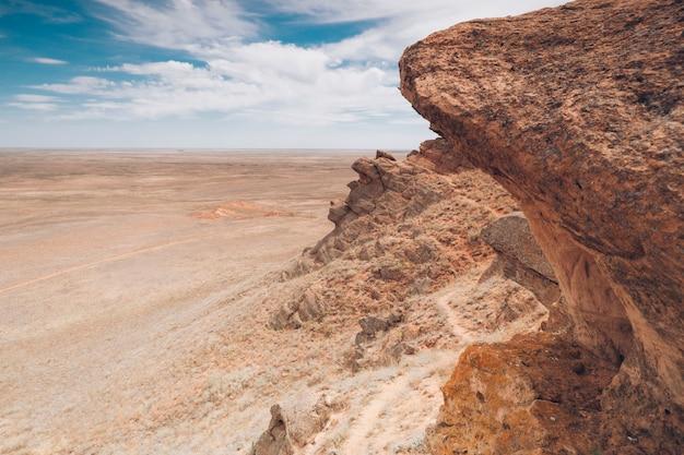 自然の背景。山と平野。岩の風景。 Premium写真