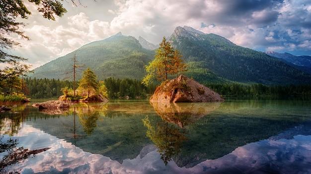 Paesaggio naturale con lago e montagna Foto Gratuite