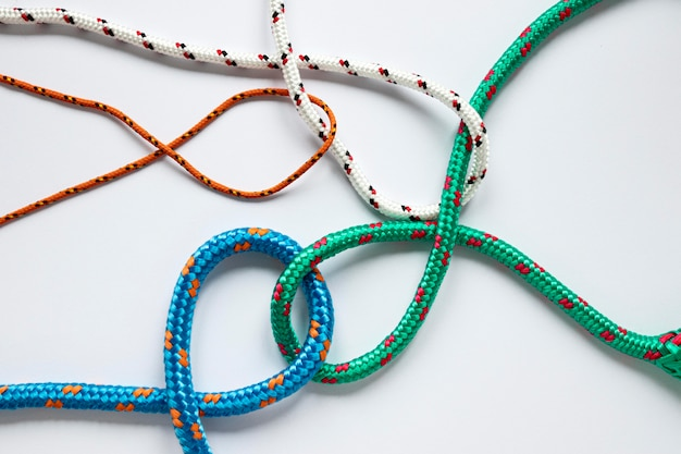 さまざまな色の航海ロープの結び目 無料写真