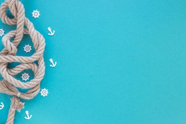 Морская веревка на синем столе Premium Фотографии