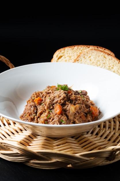 Французская местная еда navarin d'agneau ягненок или баранина мультиварка посыпать в белом блюде Premium Фотографии