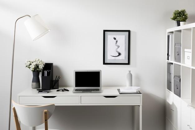 Аккуратное и опрятное рабочее пространство с ноутбуком Premium Фотографии