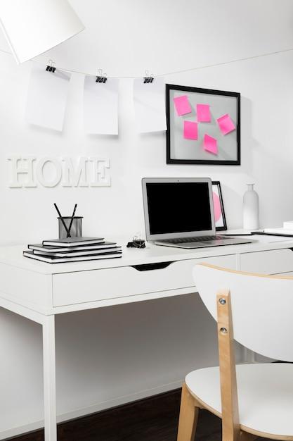 Аккуратное и опрятное рабочее пространство с ноутбуком Бесплатные Фотографии