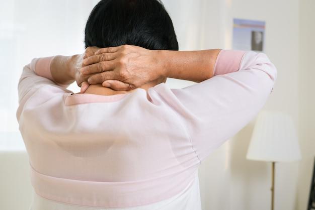Боль в шее и плечах пожилой женщины, проблема здравоохранения старшей концепции Premium Фотографии