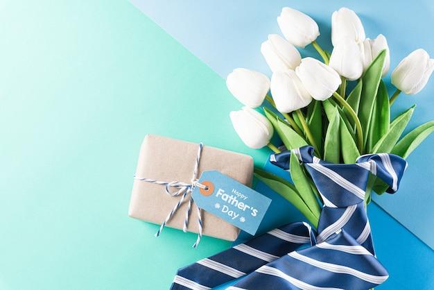 Галстук, подарочная коробка и открытка для концепции дня отца Premium Фотографии