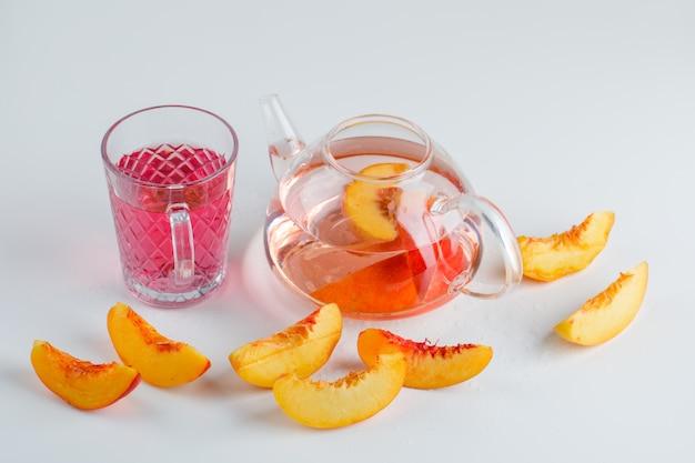 夏のネクタリンスライスは白い表面にハイアングルを飲む 無料写真