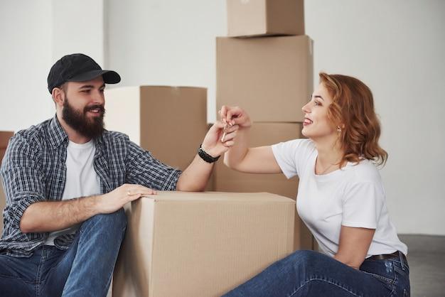 Мне нужно сделать копию этих ключей. счастливая пара вместе в своем новом доме. концепция переезда Бесплатные Фотографии