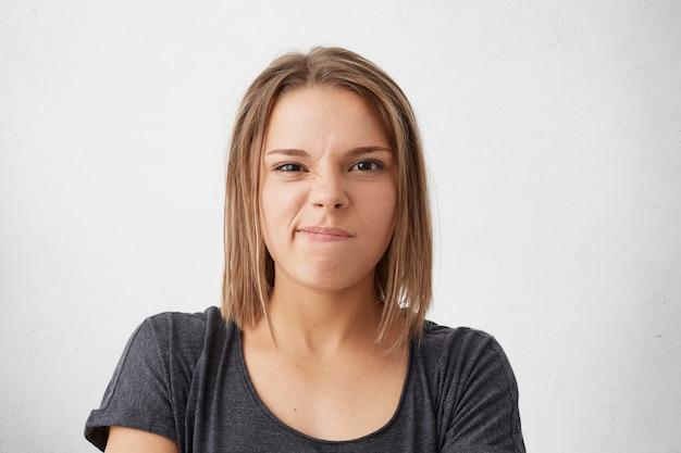 Отрицательные эмоции, недовольство. злобная обиженная женщина недовольно кривит губы Бесплатные Фотографии