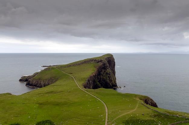 曇りの日のネイストポイント。スカイ島スコットランド Premium写真