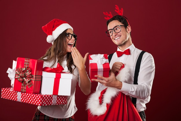 Nerd couple exchanging christmas gifts Free Photo