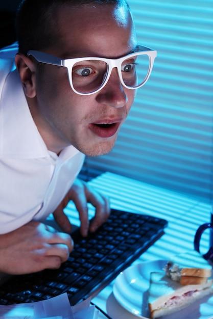 Nerd серфинг в интернете в ночное время Бесплатные Фотографии