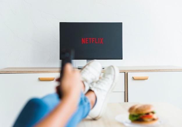リビングルームの女性の鑑賞netflixシリーズ 無料写真