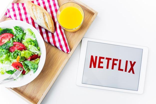 健康食品の近くにnetflixのロゴが入ったタブレット 無料写真