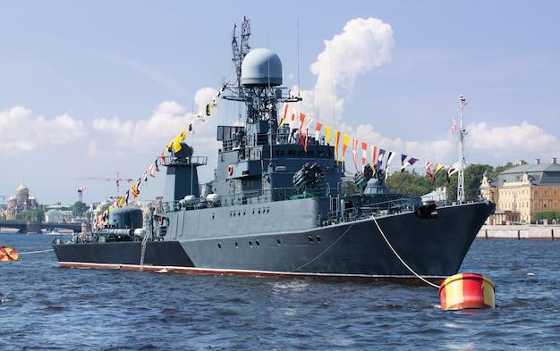 サンクトペテルブルク、neva川の軍事船 Premium写真