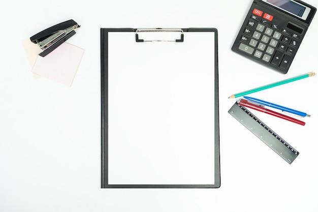 Office 도구, 평면도가있는 새로운 검은 클립 보드 프리미엄 사진