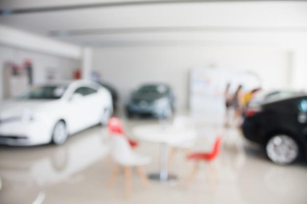 新車ショールーム販売店の新車がぼやけている Premium写真