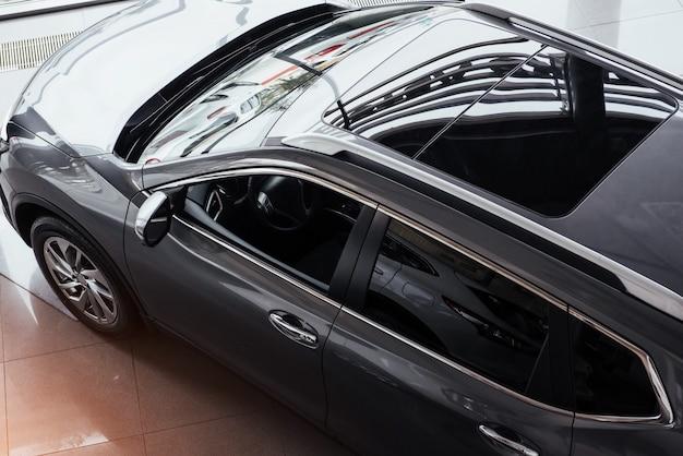 サロンでの新しい車 Premium写真