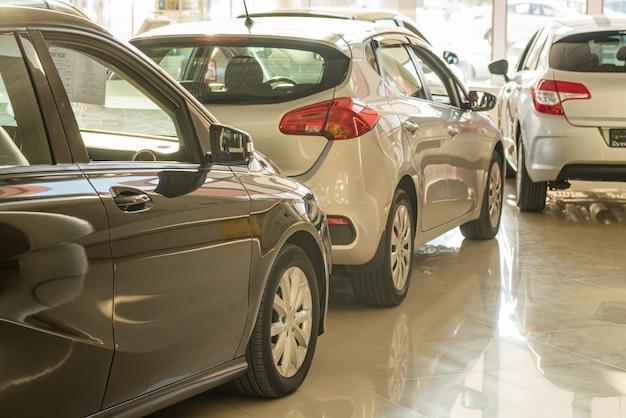 ディーラーショールームの新車は背景がぼやけている Premium写真