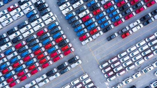 Аэрофотоснимок новых автомобилей для продажи складской ряд, new cars дилер инвентаризации импорт экспорт бизнес логистики grobal. Premium Фотографии