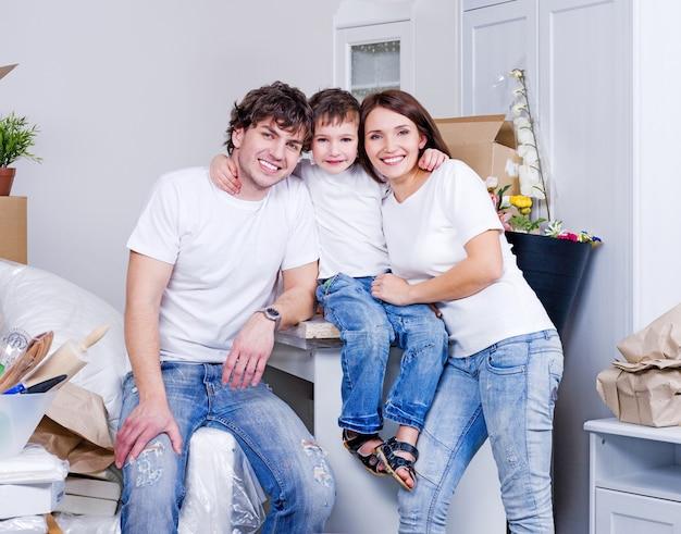 젊은 행복한 가족을위한 새로운 아파트 무료 사진