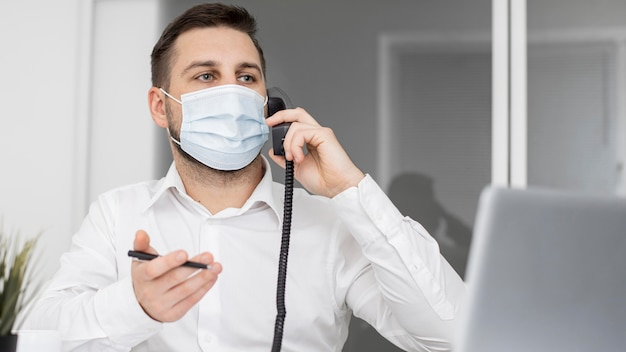 Новый нормальный в офисе с маской для лица Бесплатные Фотографии