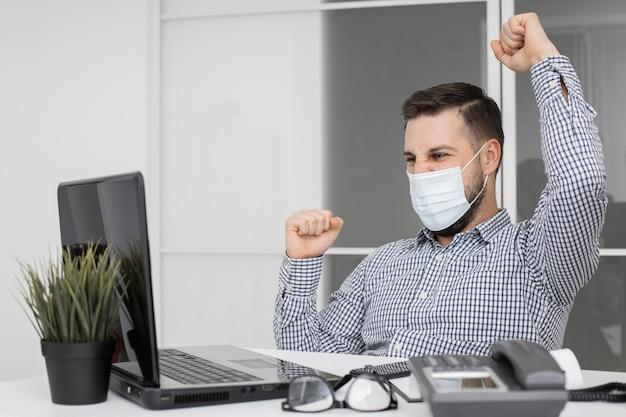 Новый нормальный в офисе с маской для лица Premium Фотографии