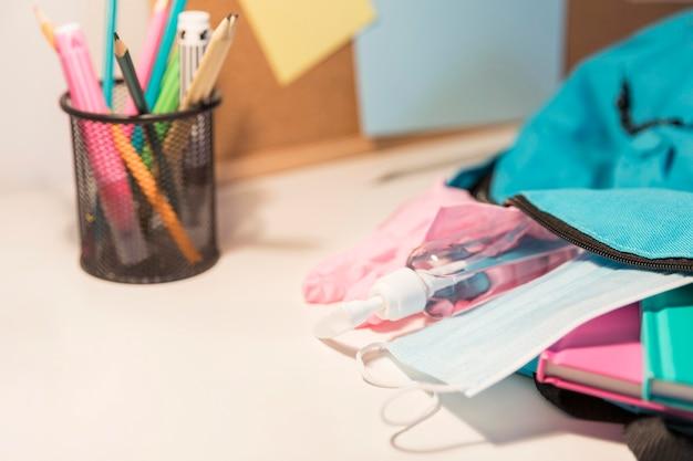 Nuovo assortimento di forniture scolastiche normali con copia spazio Foto Gratuite