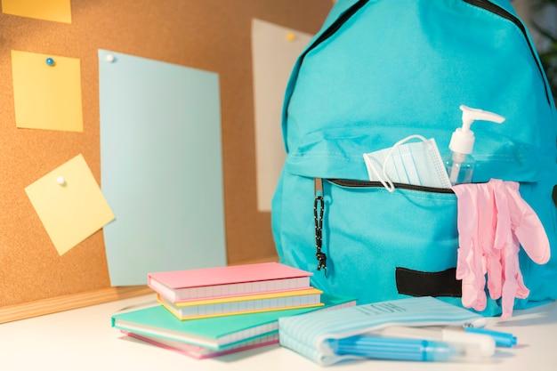 Nuova composizione di materiale scolastico normale con copia spazio Foto Gratuite