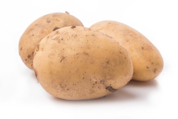 흰색 배경에 고립 된 새로운 감자를 닫습니다 무료 사진
