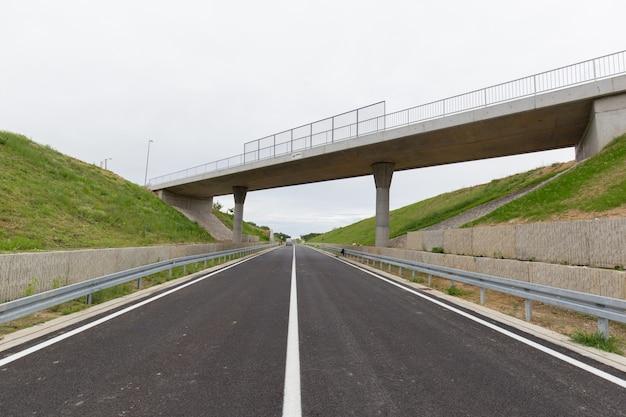 ボスニアヘルツェゴビナのブルコ地区に最近建設された高速道路 無料写真