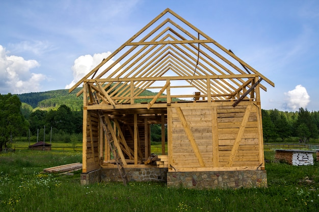 静かな田園地帯に建設中の新しい木造住宅。 Premium写真