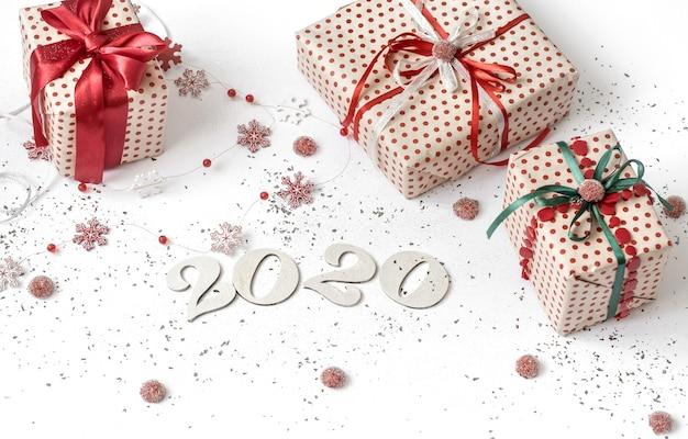 Parete festiva bianca del nuovo anno 2020 con regalo Foto Gratuite
