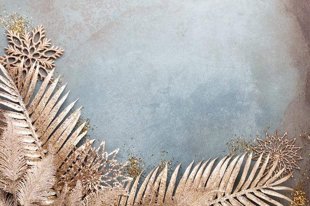 金色の花、雪、星、クリスマスの装飾の上面図と新年のお祝いとクリスマスの背景。 Premium写真