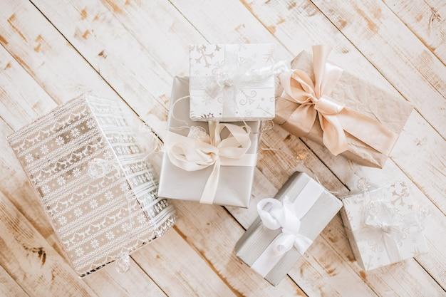 Новогодние подарки и елочные игрушки на деревянном полу Premium Фотографии