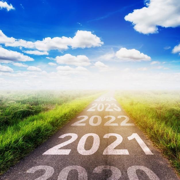 Концепция целей нового года: пустой закат асфальтированной дороги и счастливого нового года 2021. Premium Фотографии