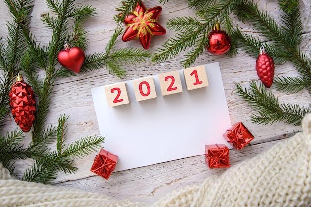 Новогодний макет с ветками деревьев и игрушками на деревянном фоне Premium Фотографии