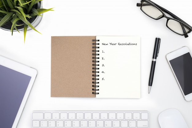 New year resolutions concept with white desk Free Photo
