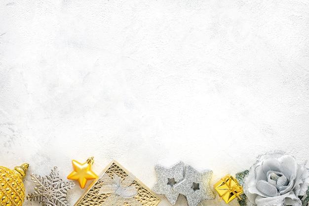 Новогодняя композиция. рождественские белые и золотые украшения на белом фоне плоская планировка, вид сверху, копия пространства Premium Фотографии