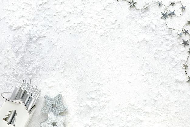 Новогодняя композиция. рождественские белые и серебряные украшения на белом фоне плоская планировка, вид сверху, копия пространства Premium Фотографии