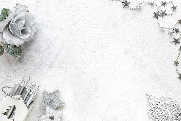 Composizione del nuovo anno. decorazioni natalizie bianche e argento su sfondo bianco vista piana, vista dall'alto, copia dello spazio Foto Gratuite