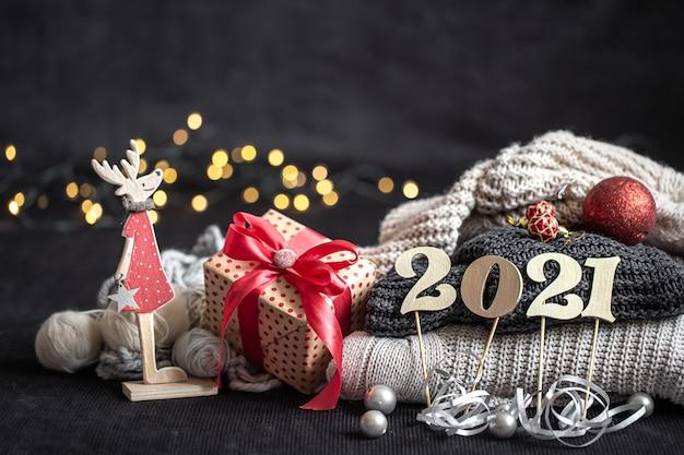 Новогодняя композиция с деревянным новогодним номером и рождественскими украшениями на темном фоне. Бесплатные Фотографии