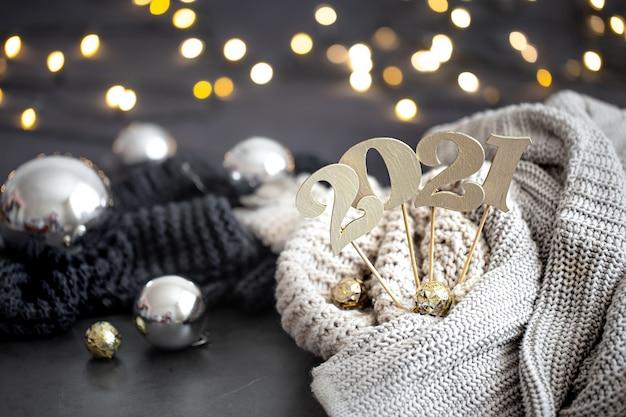 Composizione del nuovo anno con il numero di nuovi anni in legno e sfondo festivo. Foto Gratuite