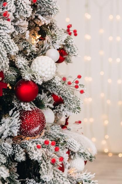 Новогодний декор и украшенная елка с новогодними подарками Premium Фотографии