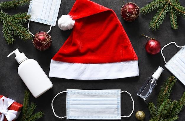 산타 모자와 의료 마스크와 선물 새 해 장식. 프리미엄 사진