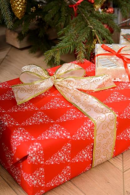 Новогодние подарки в упаковке к рождеству Premium Фотографии