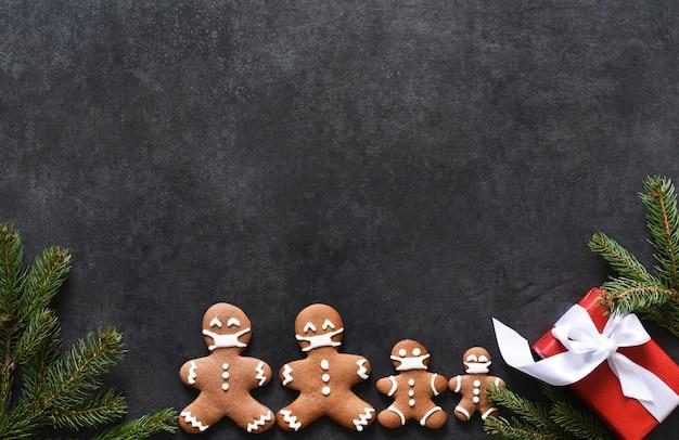 텍스트를위한 공간이있는 새해 레이아웃. 진저 전나무와 선물 크리스마스 배경입니다. 프리미엄 사진