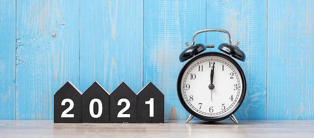 Новый год с будильником и деревянным номером Premium Фотографии