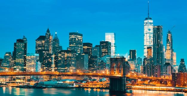ニューヨーク市マンハッタンのミッドタウン、ブルックリンブリッジと夕暮れ時に。米国。 Premium写真
