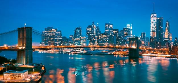 ニューヨーク市マンハッタンのミッドタウン、ブルックリンブリッジと夕暮れ時に。 Premium写真